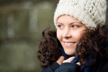 lächelnde frau mit mütze im herbst