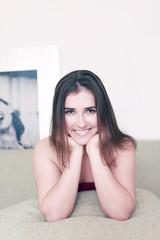 Hübsche junge Frau entspannt auf dem Sofa