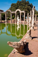 Fotomurales - Crocodile statue and clumns at Canopo in Villa Adriana