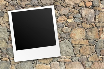 Polaroid auf Steinwand