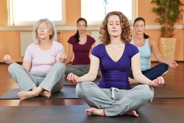 Gruppe macht Yoga zur Entspannung