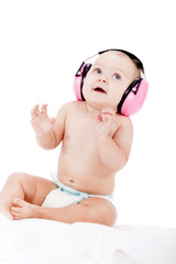 Baby kleinkind mit rosa kopfhörer als Ohrenschutz mit freistell