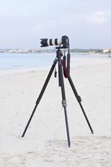 Kamera fotoapparat mit objektiv auf stativ