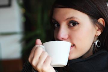 Ragazza che beve caffè, cappuccino,cioccolata