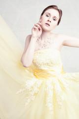 Hochzeitsgast mit mit gelben Kleid