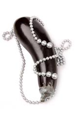 Perlenkette auf Aubergine