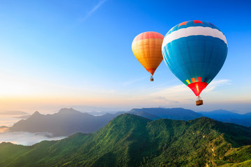 Photo sur Aluminium Montgolfière / Dirigeable Colorful hot-air balloons flying over the mountain