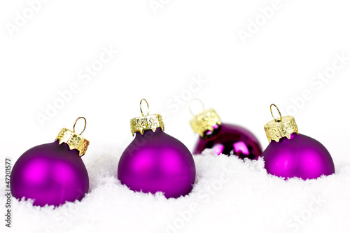 Christbaumkugeln Lila.Lila Christbaumkugeln Im Schnee Stock Photo And Royalty Free Images