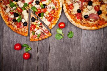 Cadres-photo bureau Pizzeria Delicious italian pizzas served on wooden table