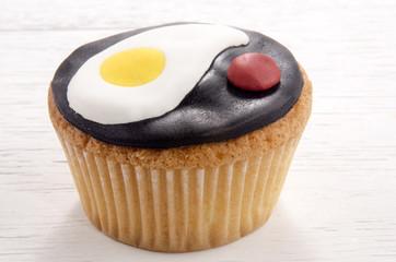 cupcake mit Spiegelei und Ketchup aus Fondant gemacht