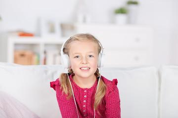 kleines mädchen mit kopfhörern
