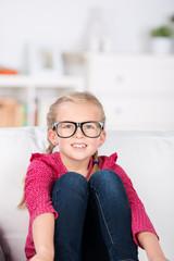 kleines mädchen mit großer brille