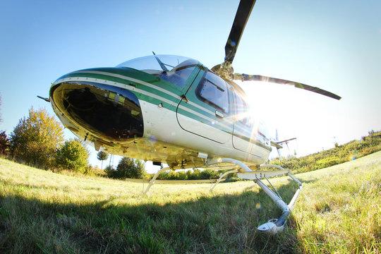 Einsatzbereiter Hubschrauber im Gegenlicht
