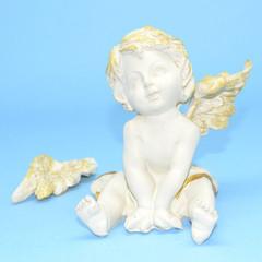 Figurilla de escayola que representa un ángel.