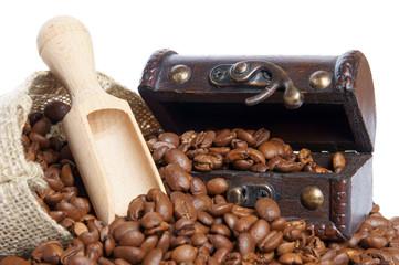 Kaffeebohnen und Schatztruhe
