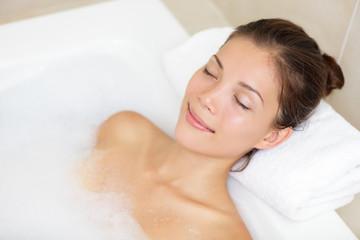 Obraz Bathing woman relaxing in bath - fototapety do salonu