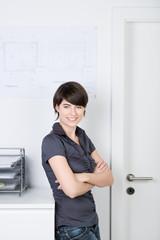 selbstbewusste junge frau im büro