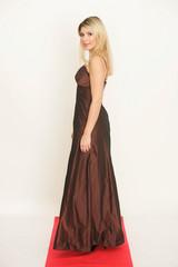 Blonde Frau auf rotem Teppich