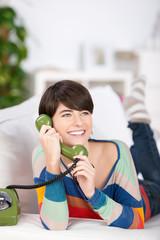 frau telefoniert mit einem alten telefon
