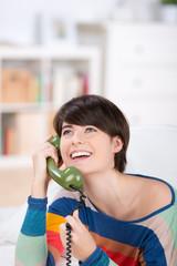 frau mit grünem telefonhörer