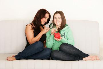 Sparsame Frauen auf dem Sofa