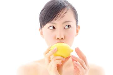 レモンを持つ女の子