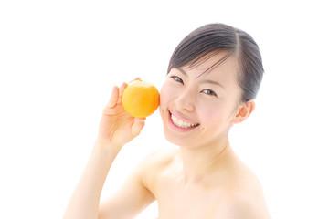 オレンジを持つ女の子