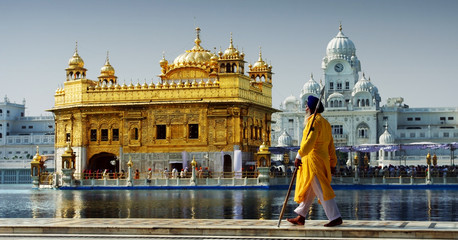Tuinposter India Sikh in front of Golden Temple, Amritsar, India