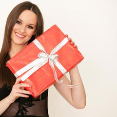 sympathische Frau mit Geschenk