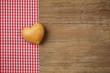 Herz mit Stoff auf Holz