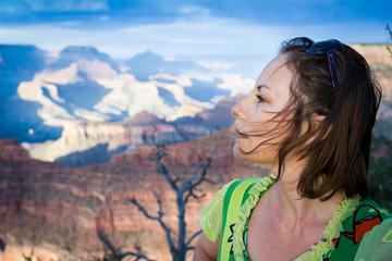 femme devant le Grand Canyon