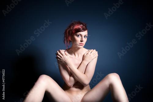 Schöne Nackte Frau Vor Blauem Hintergrund Stockfotos Und