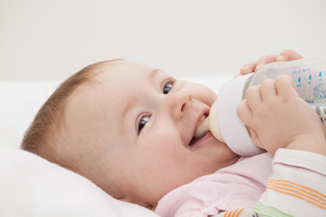 Hübsches Baby mit Fläschchen