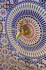 Mosaik und Wasserhahn