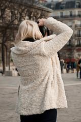 touriste prenant une photo à notre dame de  Paris