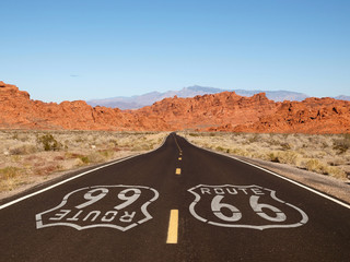Foto op Aluminium Route 66 Route 66 Pavement Sign with Red Rock Mountains