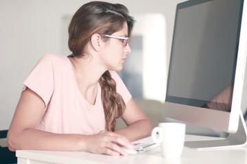 Hübsche junge Frau am Computer