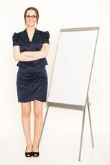 junge Frau hält Vortrag mit Flipchart
