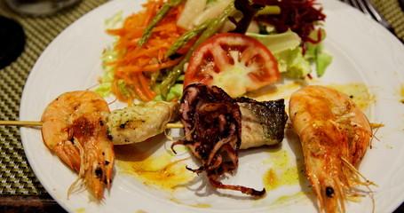 brochette de fruits de mer et salade