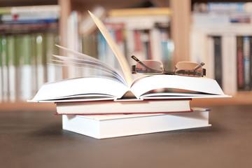 książka na stosie w bibliotece