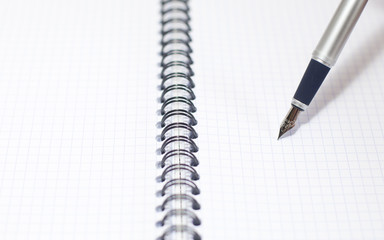 stylo plume sur cahier a spirales