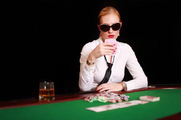 Frau mit Sonnenbrille beim Pokern