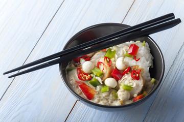 Grünes Thai Curry mit Huhn in einer Schüssel