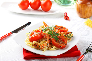 Pasta with shrimp, fresh tomatoes and parsley