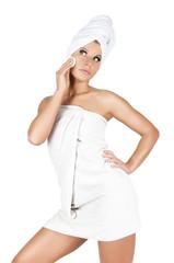 junge hübsche frau bei körperpflege mit weissen handtuch
