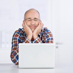 mann mit geschlossenen augen am laptop
