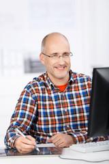 mann arbeitet im büro mit zeichentablet