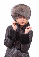 Портрет блондинки в шапке и куртке