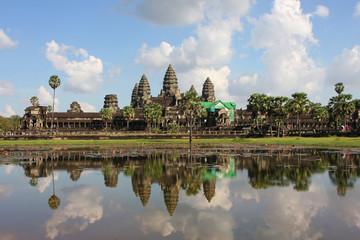 Temple d'Angkor Wat se reflétant dans ses douves