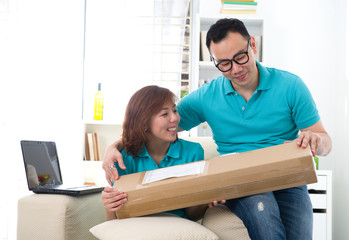 asian chinese couple receiving online package